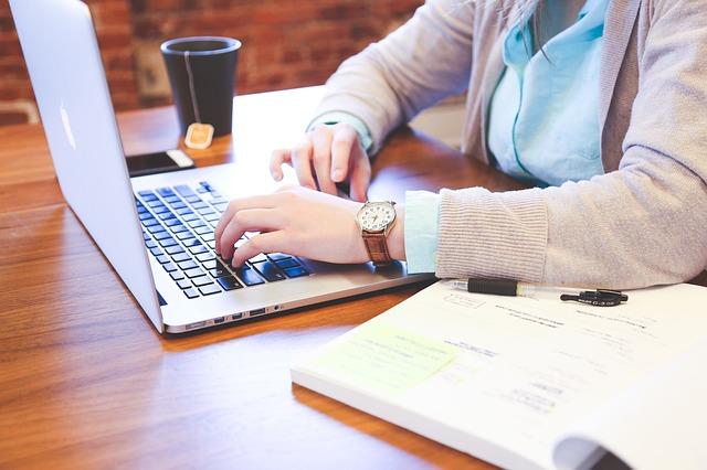 SOCIAL MEDIA manager at computer