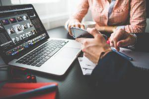 using-iphone-6-on-business-meeting-picjumbo-com